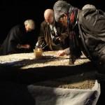 De bezoekers kunnen de namen van hun dierbare met steentjes in het zand schrijven
